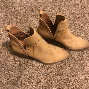 NWOT Studded western booties